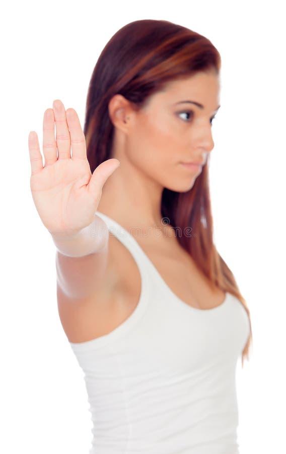 Femme sérieuse faisant un arrêt signer (foyer dans la main) photographie stock libre de droits
