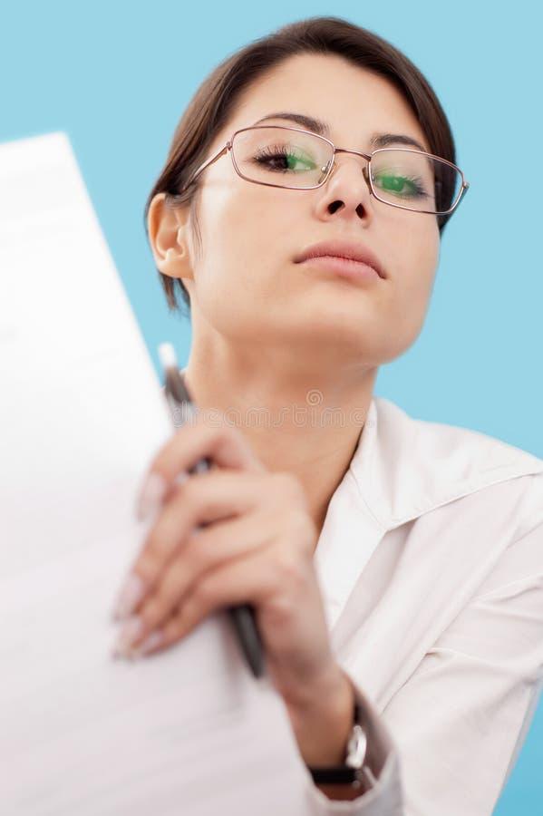 Femme sérieux regardant l'appareil-photo images stock