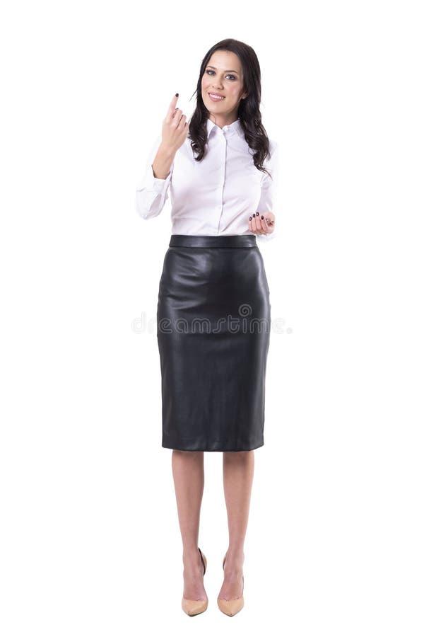 Femme sûre amicale de sourire d'affaires regardant la caméra invitant avec le geste de doigt image stock