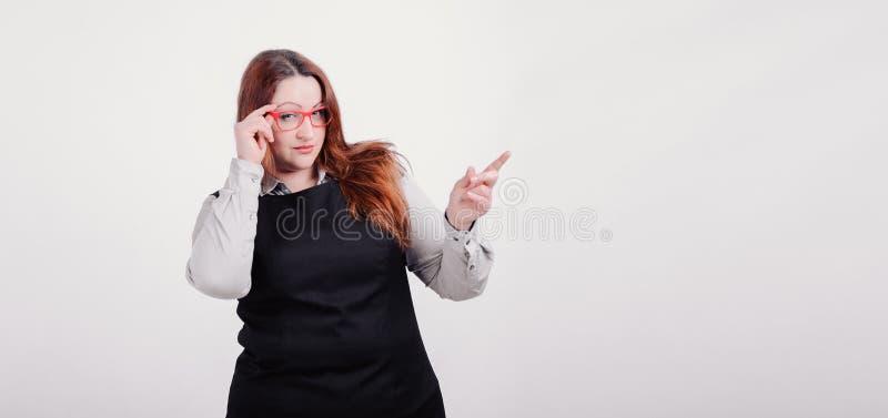 Femme sûre avec le chiffre taille plus la pose à l'appareil-photo sur le fond blanc images libres de droits