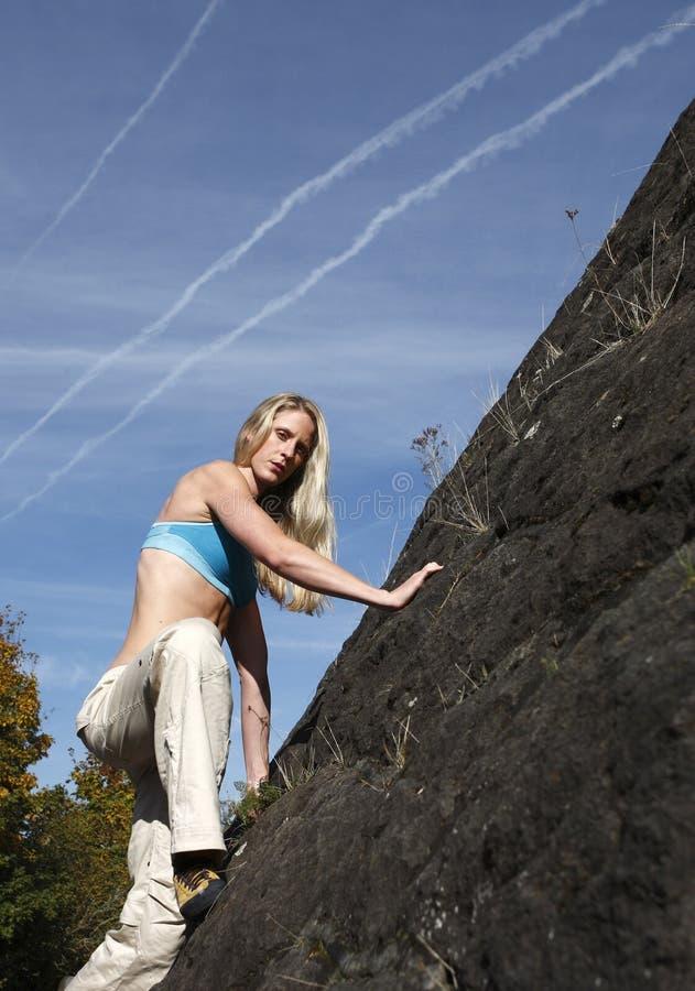 femme s'élevante de mur de roche photo libre de droits