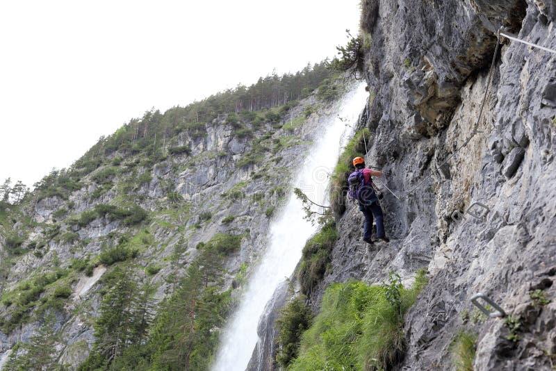 Femme s'élevante sur un mur de roche photo libre de droits