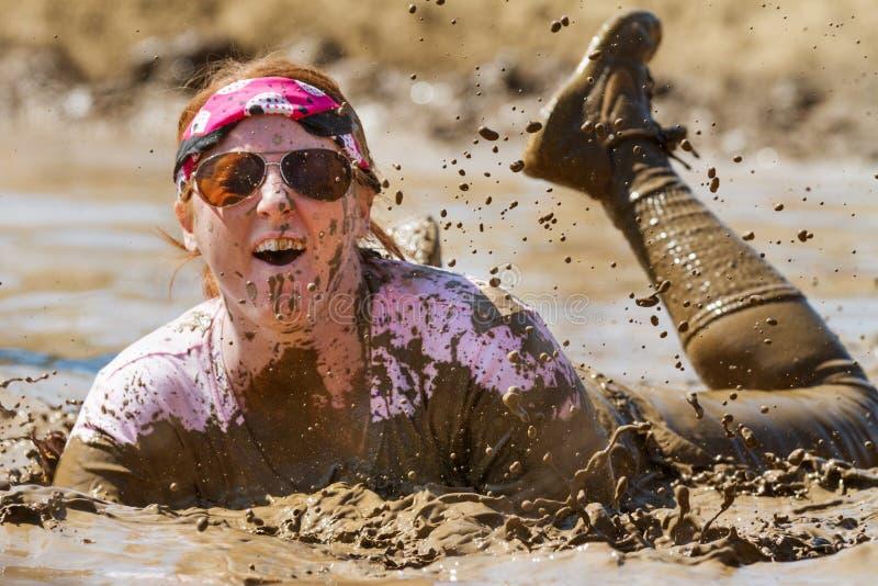 Femme s'étendant dans la boue images libres de droits