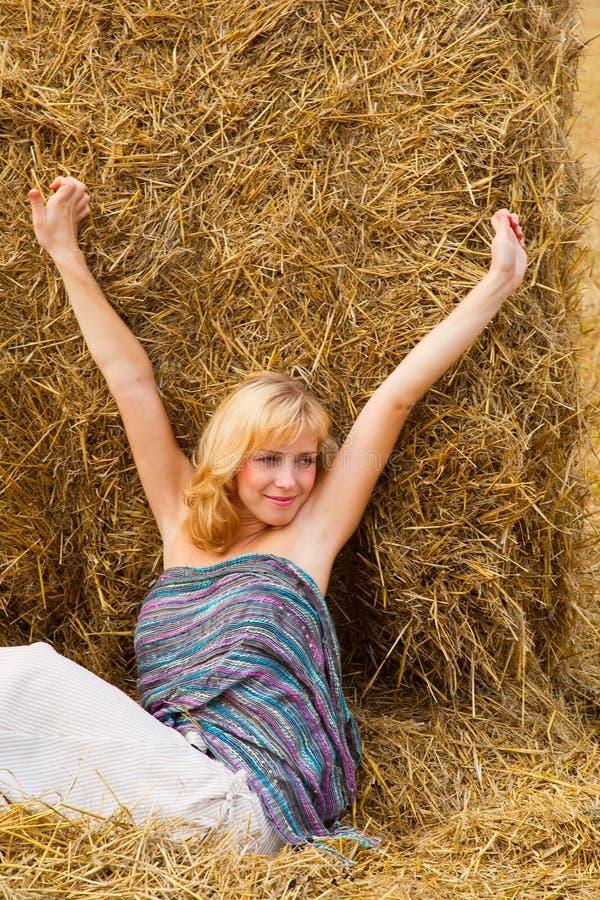 Femme s'étendant sur une paille image libre de droits