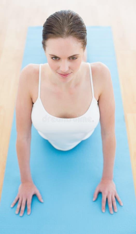 Femme s'étirant sur le tapis d'exercice photo libre de droits
