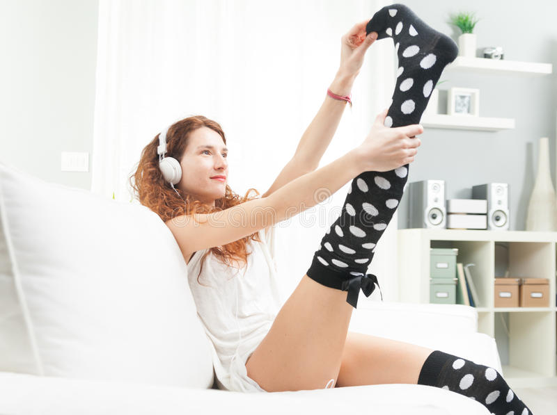 Download Femme S'étirant Tout En écoutant La Musique Photo stock - Image du mensonge, beau: 87701390