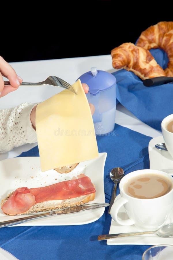 Femme s'aidant au fromage coupé en tranches photo libre de droits