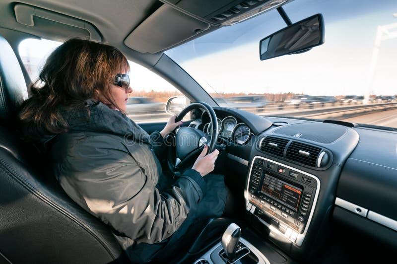 Femme s'asseyant au volant image libre de droits