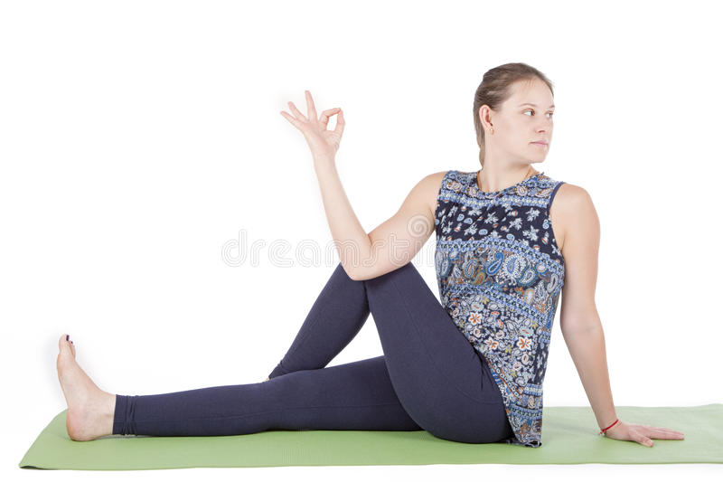 Femme s'asseyant dans la pose tordue photo stock