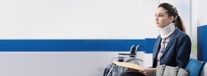 Femme s'asseyant dans la salle d'attente à l'hôpital photographie stock libre de droits