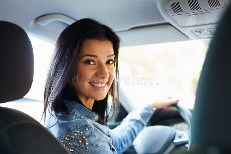 Femme s'asseyant dans un véhicule image stock