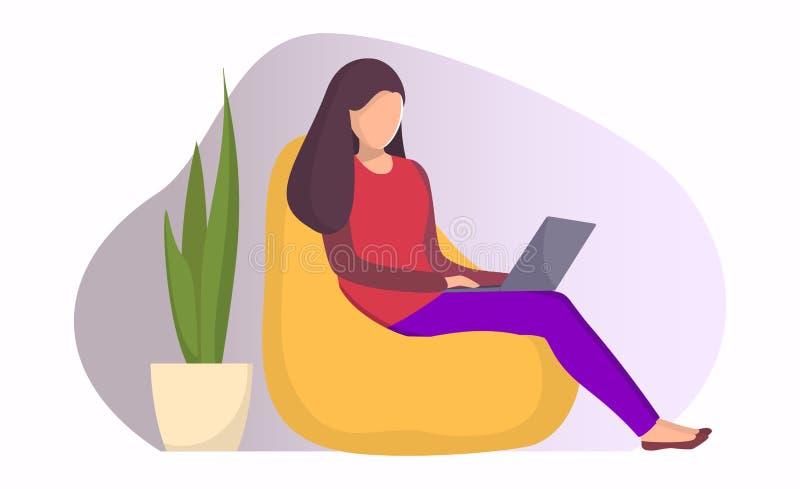 Femme s'asseyant dans une chaise de sac avec l'ordinateur portable Fille avec l'ordinateur portable effectuant le travail à dista illustration libre de droits