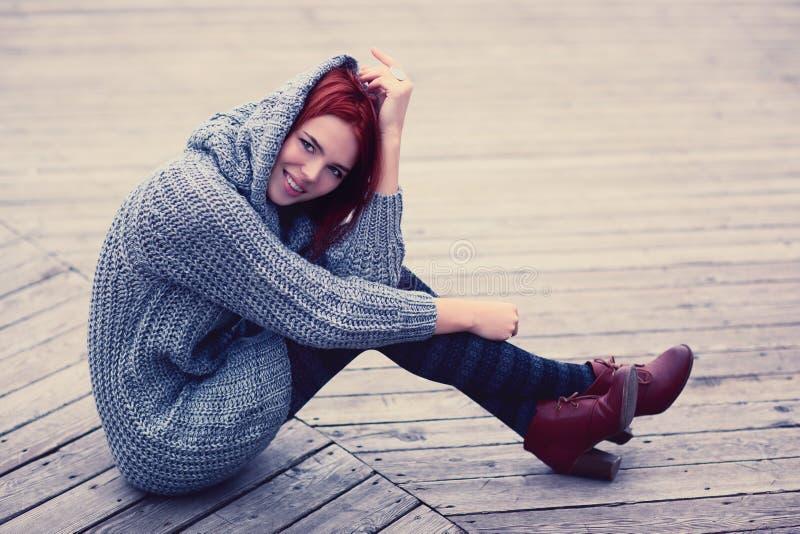 Femme s'asseyant dehors photographie stock