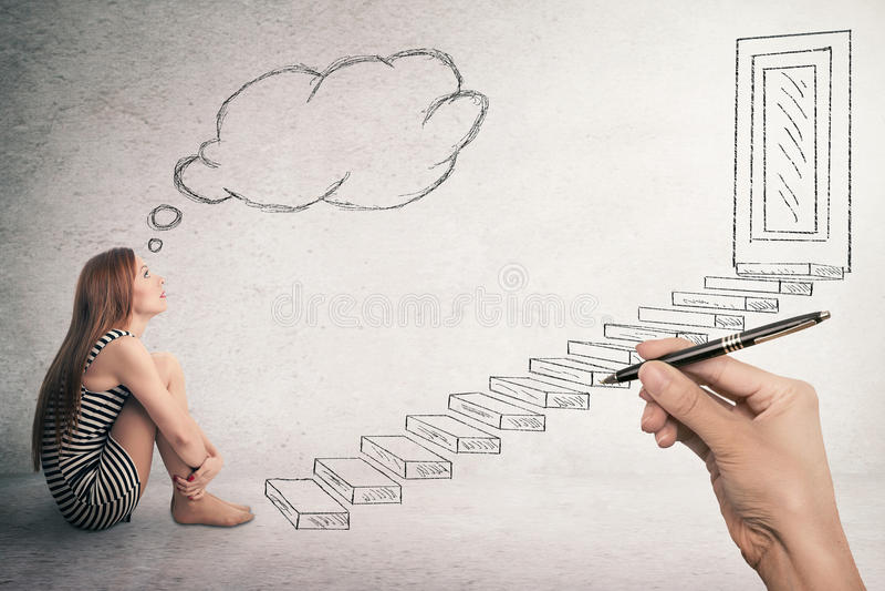 Femme s'asseyant devant des escaliers d'une échelle images stock