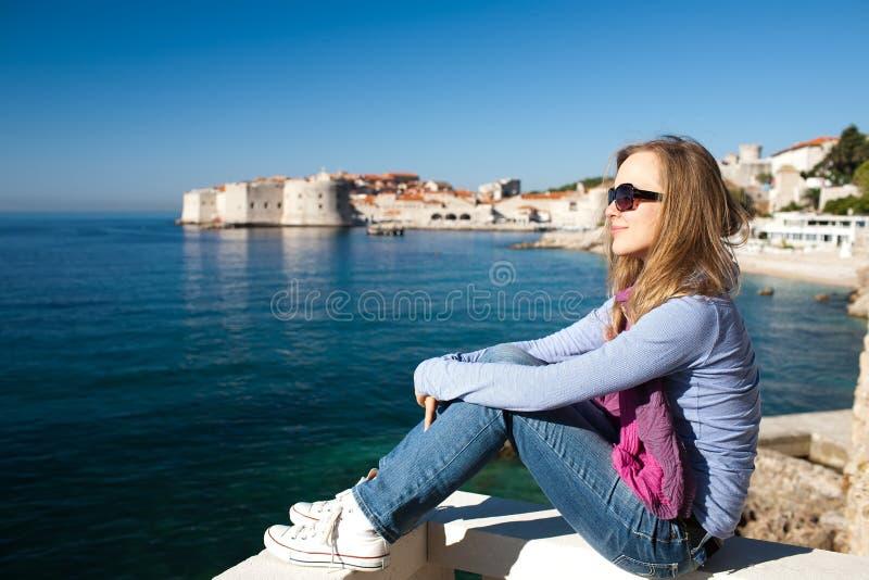 Femme s'asseyant sur la jetée sur la Mer Adriatique images libres de droits