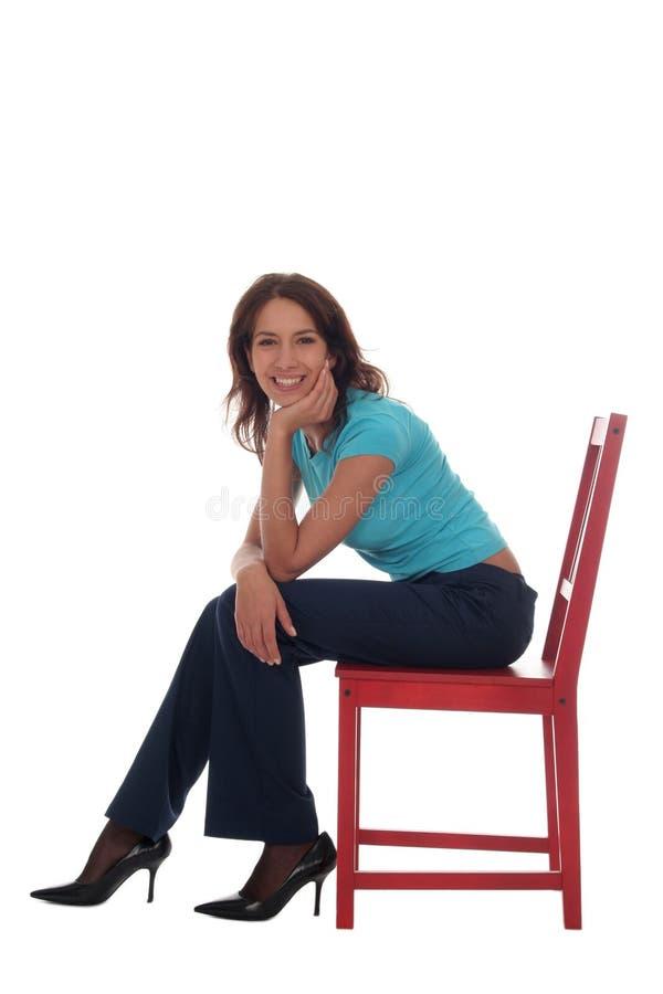 Femme s'asseyant sur la présidence photos stock