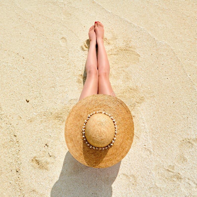 Femme s'asseyant sur la vue de plage d'en haut images stock