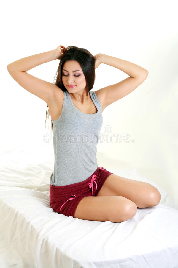 Femme s'asseyant sur le bâti image libre de droits