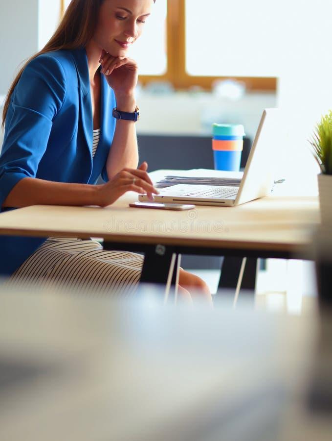 Download Femme S'asseyant Sur Le Bureau Avec L'ordinateur Portable Image stock - Image du personne, métier: 87700713