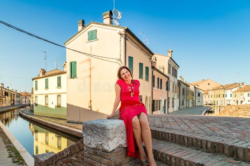 Femme s'asseyant sur le pont images stock