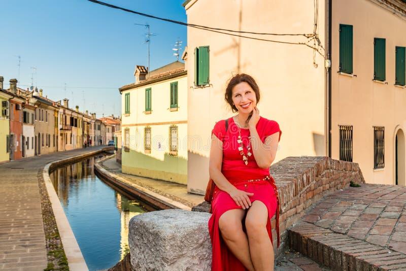 Femme s'asseyant sur le pont images libres de droits