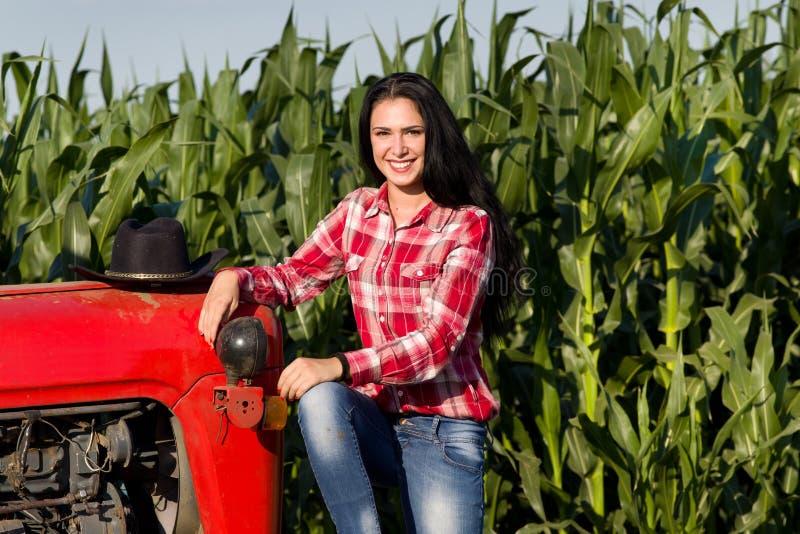 Download Femme S'asseyant Sur Le Tracteur Dans Le Domaine Photo stock - Image du gestionnaire, fermier: 56489744
