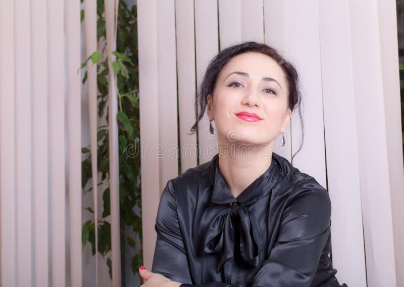 femme s'asseyante de local commercial photo libre de droits