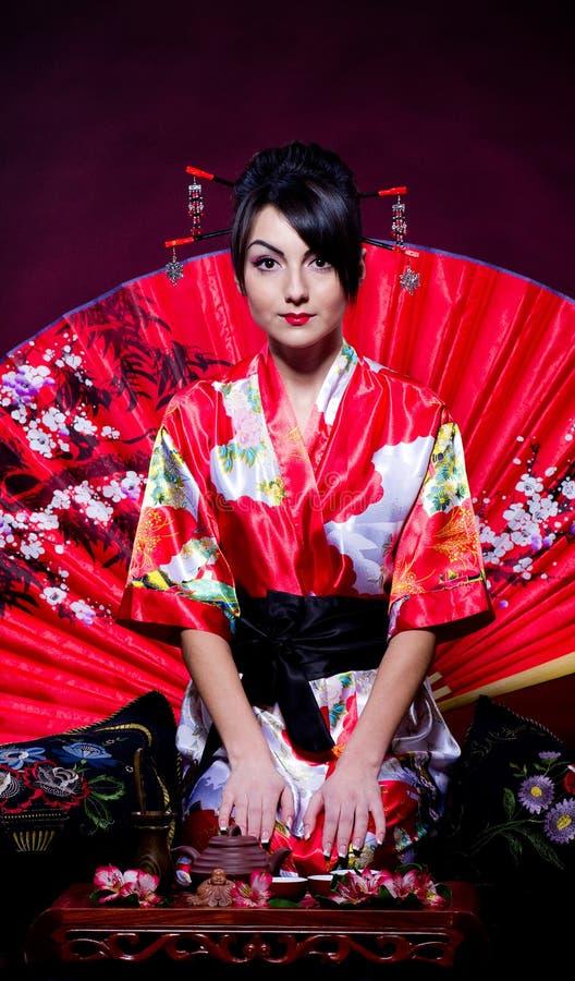 Femme s'chargeant de la cérémonie de thé japonaise photo stock