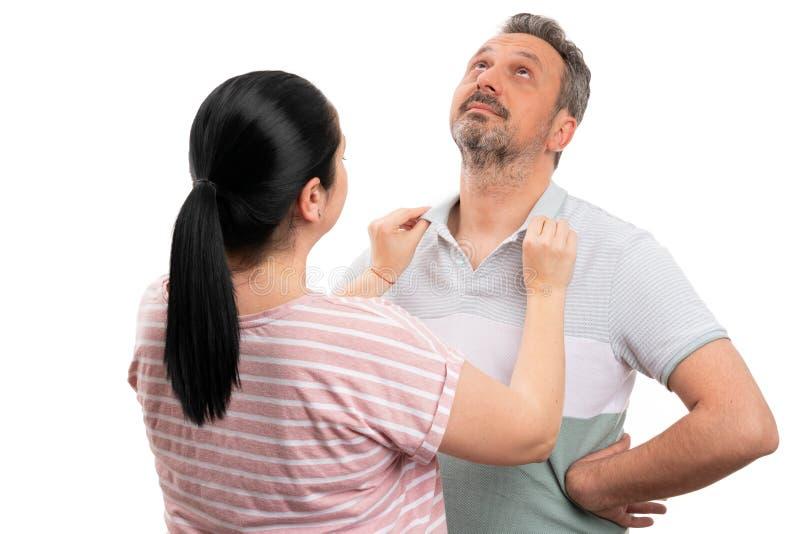 Femme s'chargeant du collier de l'homme image libre de droits