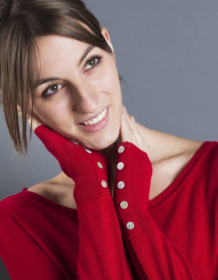 Femme 20s décontractée touchant son visage pour le bonheur photos stock
