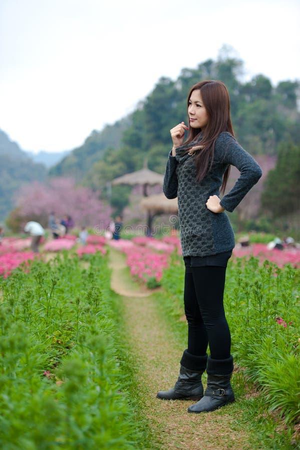 Femme s dans le jardin de fleur image libre de droits