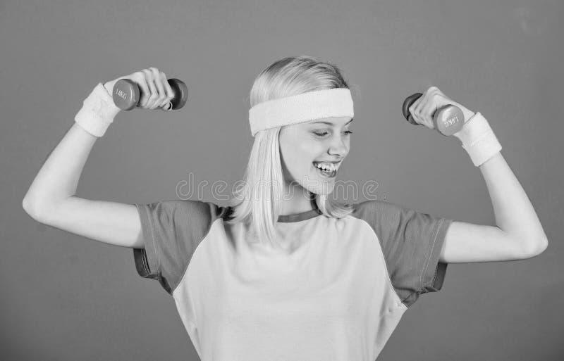Femme s'exerçant avec des haltères Exercices faciles avec des haltères Séance d'entraînement avec des haltères Exercices de bicep photographie stock