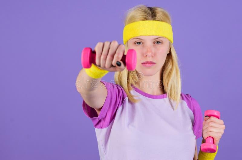 Femme s'exerçant avec des haltères Exercices avec des haltères Séance d'entraînement avec des haltères Les exercices de biceps po photos libres de droits