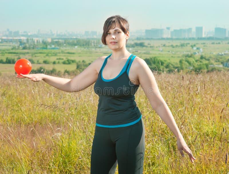 Femme s'exerçant avec la bille photo stock