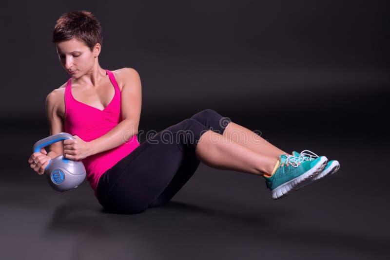 Femme s'exerçant avec le kettlebell image libre de droits