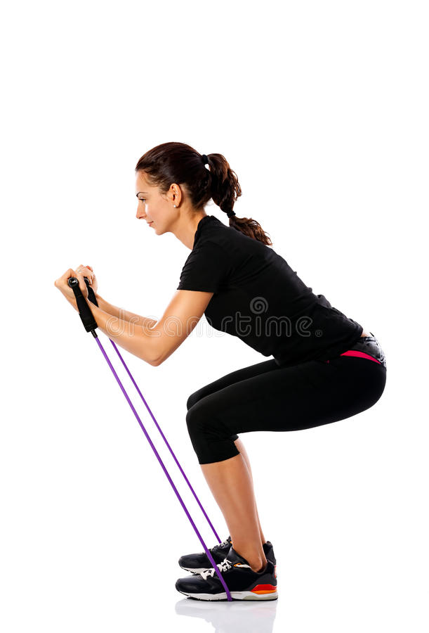 Femme s'exerçant avec une corde de résistance photos libres de droits