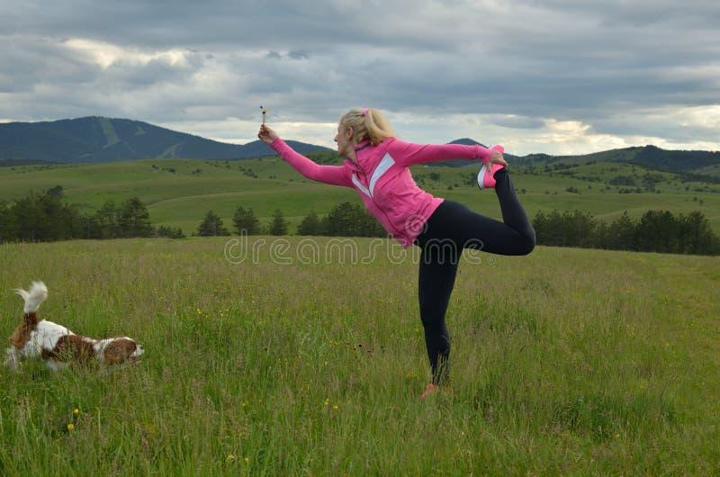 Femme s'exerçant dans le paysage photographie stock libre de droits