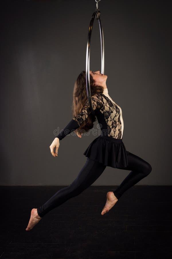 Femme s'exerçant sur le lyra image stock