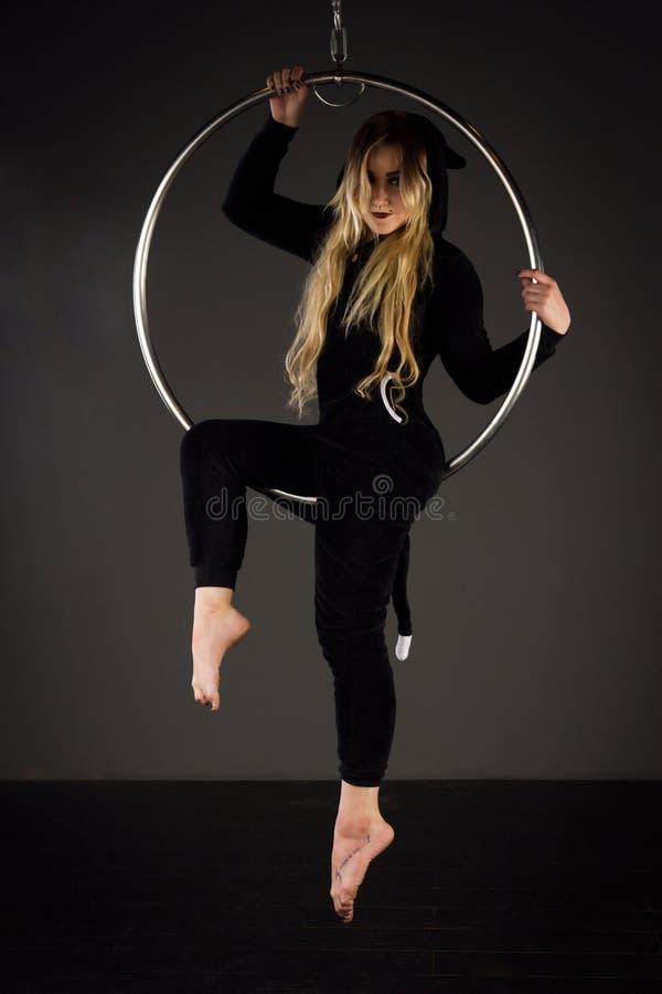 Femme s'exerçant sur le lyra photos stock
