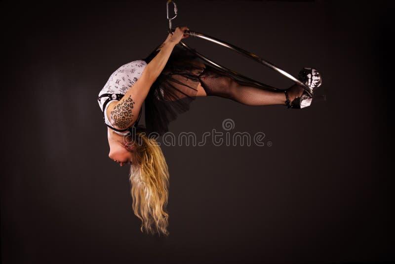 Femme s'exerçant sur le lyra photo libre de droits