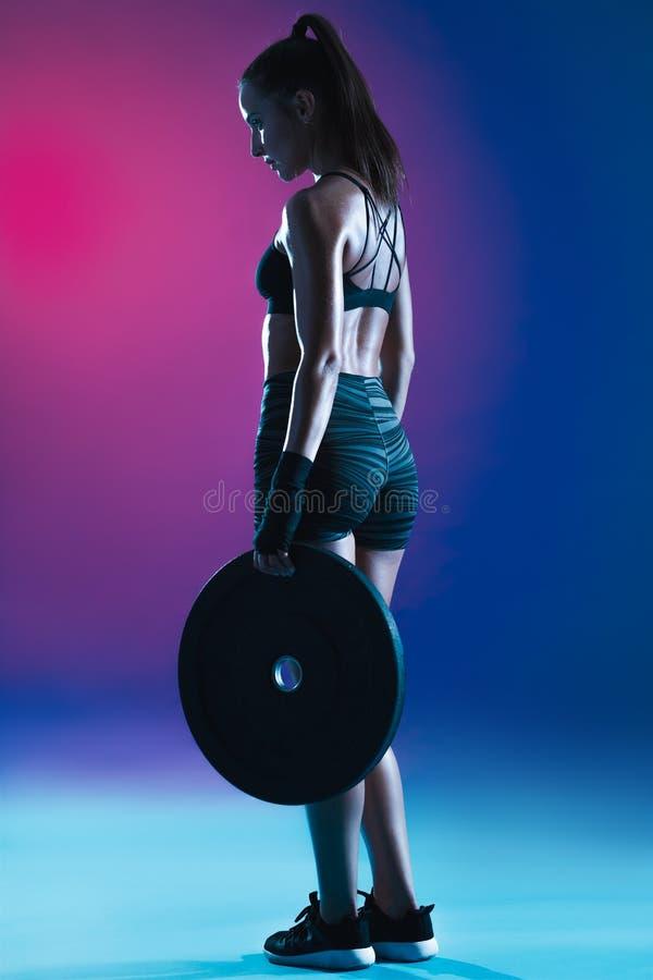 Femme s'exer?ant avec des poids image libre de droits