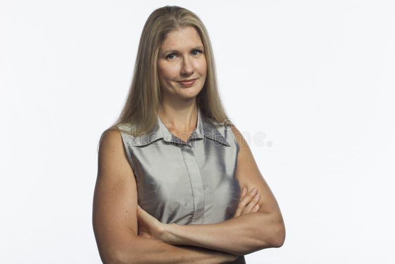 Femme sûre avec des bras croisés, horizontal photo libre de droits