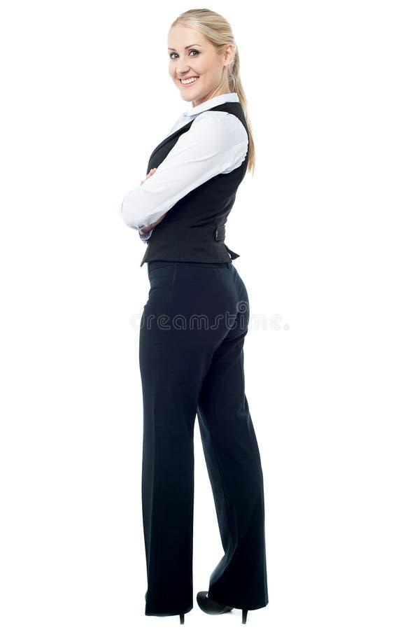 Femme sûre d'affaires, bras croisés image stock