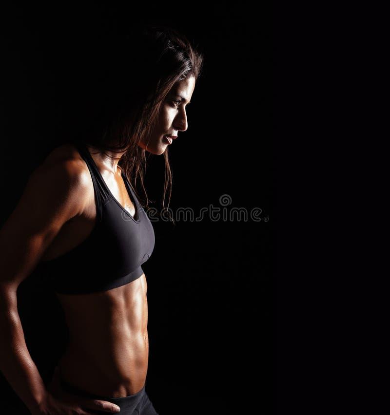 Femme sûre de forme physique dans l'habillement de sports photographie stock