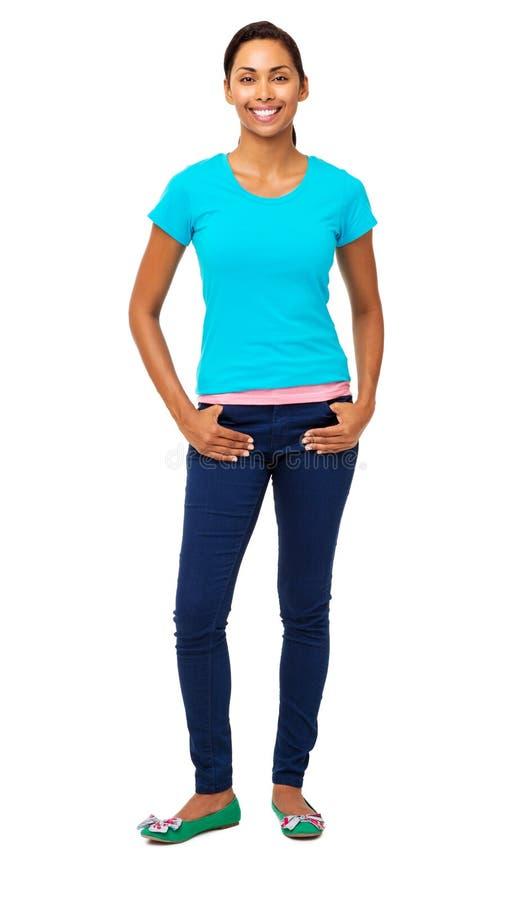Femme sûre se tenant avec des mains dans des poches image stock