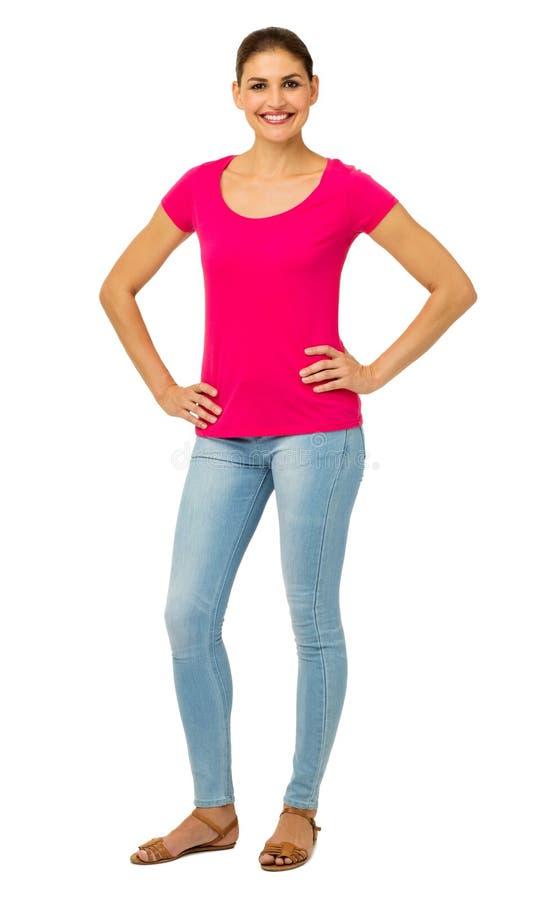 Femme sûre se tenant avec des mains sur des hanches photo stock