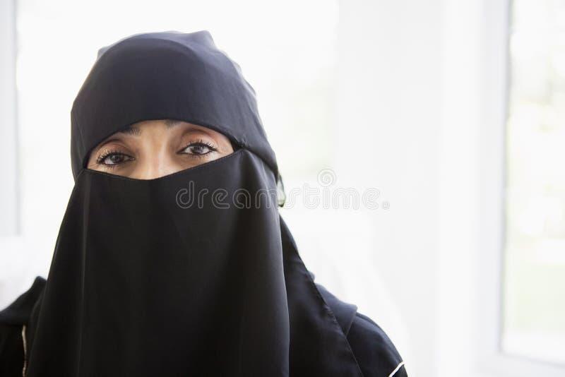 femme s'usant de verticale moyenne orientale noire photo libre de droits