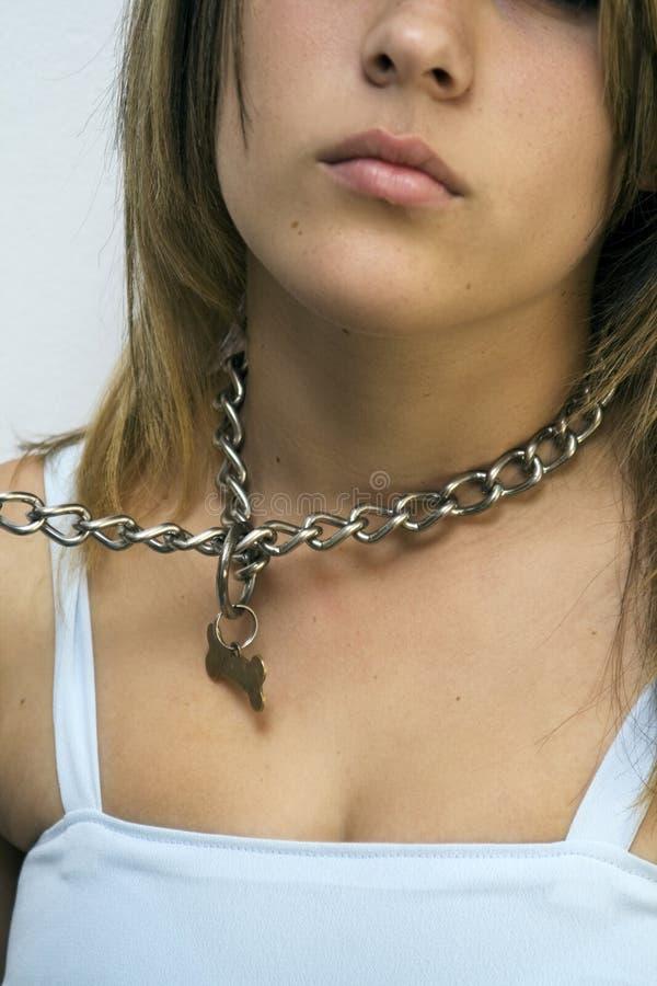 Femme s'usant le réseau du volet d'air d'un crabot image libre de droits