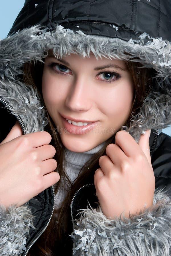 femme s'usante de l'hiver de couche photographie stock libre de droits