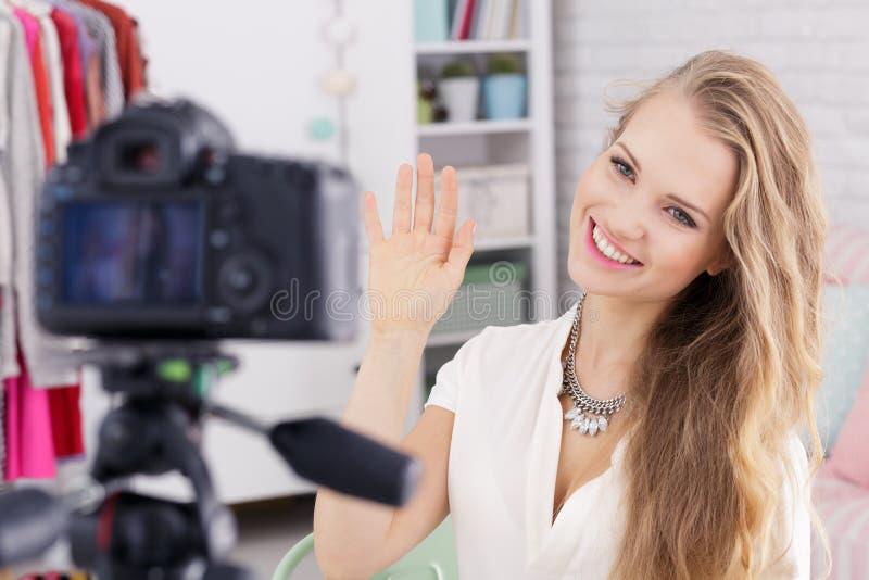 Femme saluant l'appareil-photo photographie stock libre de droits